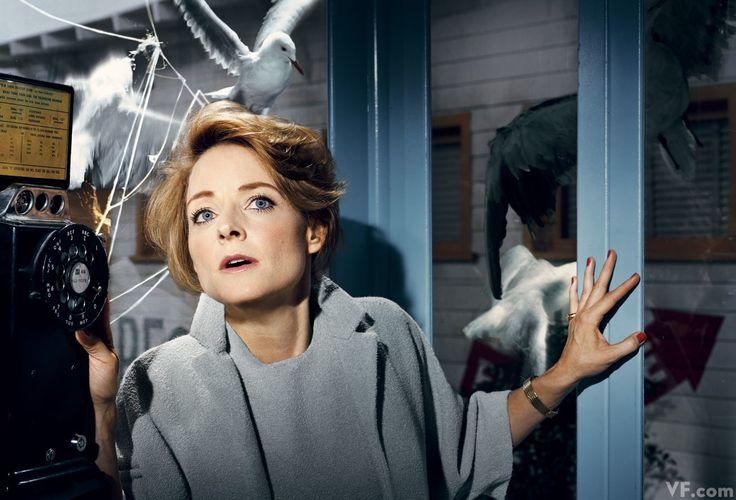 """La actriz Jodie Foster recreando la mítica escena de Melanie (Tippi Hedren) en """"Los pájaros"""" (1963) de Alfred Hitchcock. Vestuario del filme: Edith Head"""