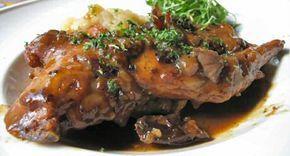 Een topper uit de dagelijkse kost recepten: konijn met pruimen, lekker bier en pittige mosterd.Gebruik voor konijn met bier nooit een bitter bier, want de bittere smaak zal dan tijdens het stoven in de konijnenbillen dringen. Jeroen Meus gebruikt in dit recept Spéciale Belge van de brou