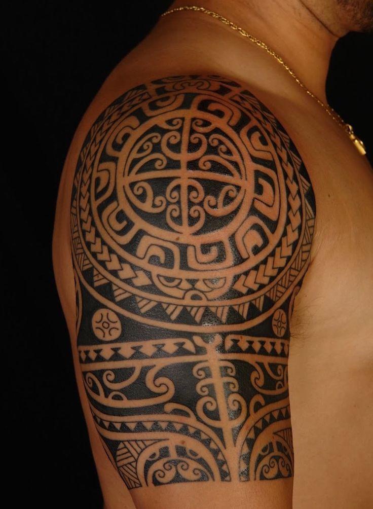 tatouage polynésien épaule-Tiki-figures-stylisées
