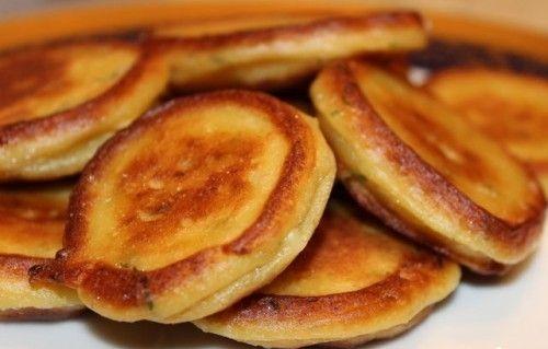 Чесночно-картофельные плюшки.   пт в категориях: на скорую руку, детские блюда из овощей, школьный завтрак    100-120 мл сливок 30-50 г сливочного масла 8-10 веточек укропа 4 клубня картофеля отварного 2 зубчика чеснока 1 яйцо 8 ст.л. муки 1 ч.л. сахара 1/3 ч.л. соды сметана перец, соль растительное масло