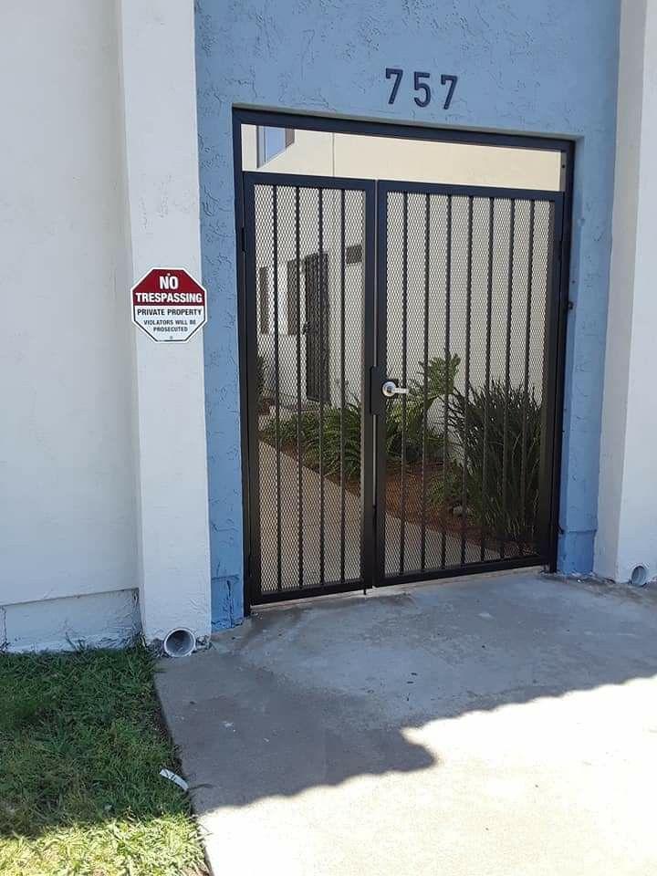 Puertas Con Malla In 2020 Fence Contractor Custom Gates Wood Gate