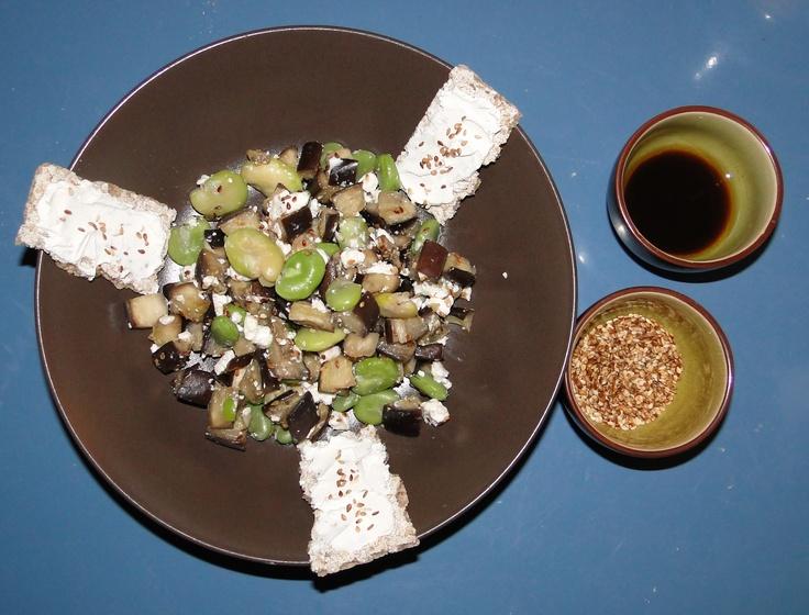 Salade fèves-aubergines-fêta-graines de sésame grillées avec toasts de pain type Wasa au sésame et au chèvre et sauce salade (sauce soja-citron-huile de sésame)