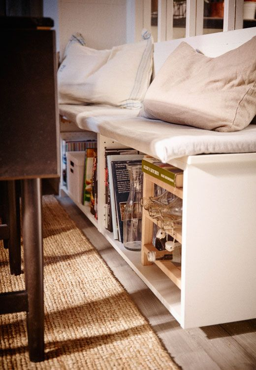 Mit einer Bank, wie hier aus METOD Wandschrank in Weiß mit HITTARP Tür in Elfenbeinweiß, als Aufbewahrung nutzt du knappen Raum in doppelter Funktion. Sie passt perfekt in Ecken, eignet sich zum Zusammensitzen jeder Art und bietet jede Menge Aufbewahrung unter dem Sitz.
