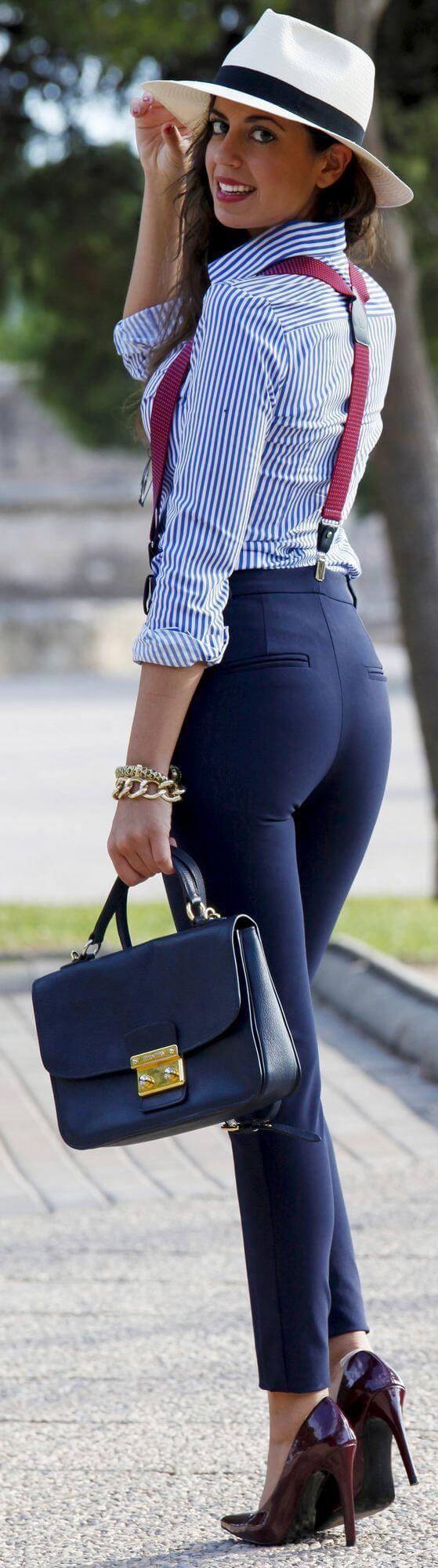 Офисный лук 2017: синие брюки с полосатой рубашкой и туфлями на каблуках