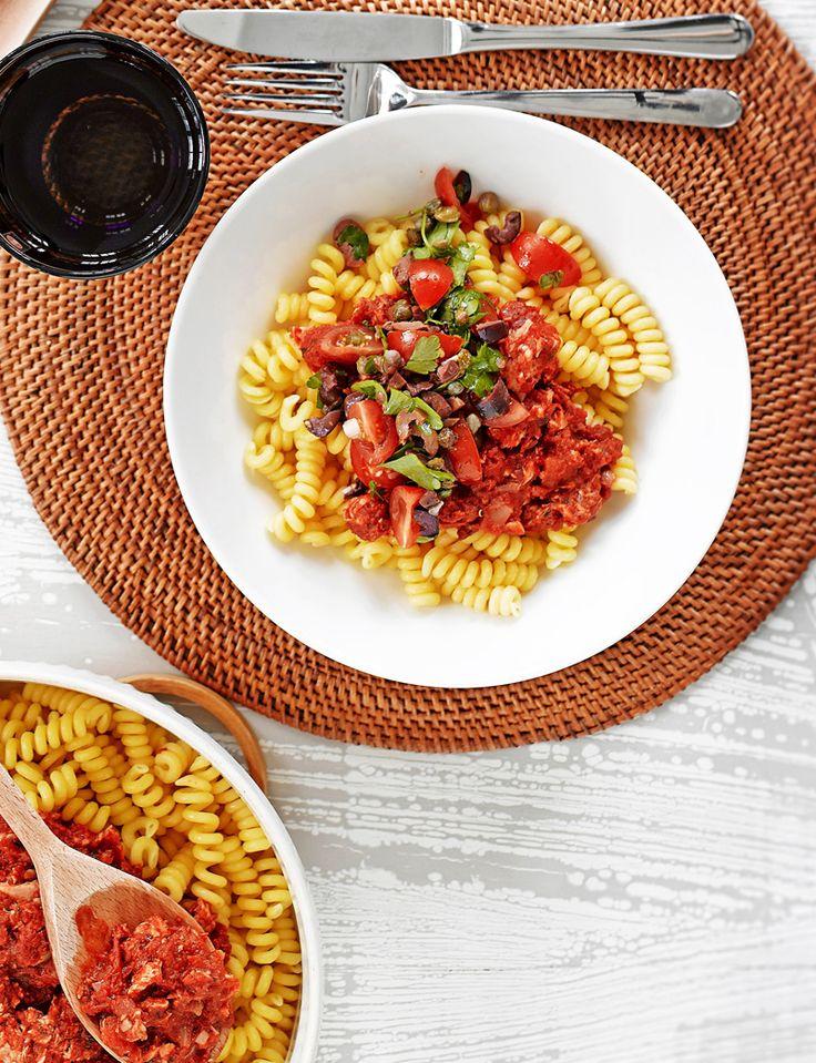 Tomaattinen tonnikalapasta on loistava arkiruoka. Pastakastikkeen pyöräytät nopeasti ja helposti.