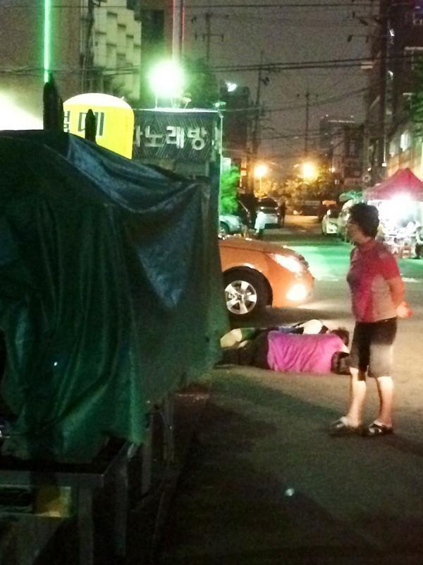 徐東照 @dorgio_seo / 수요일밤. 고요히 잠든 두 사람. / #골목 #거리 #노숙 / 2014 07 16 /