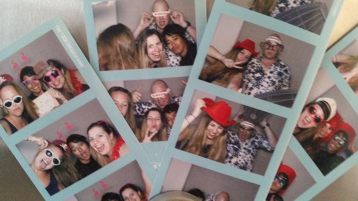 Je ziet het steeds vaker op bruiloften, een photobooth. Vaak met grappige artikelen erbij, zoals pruiken, hoedjes, snorren en tekstwolkjes. Super gaaf natuurlijk, en een stuk goedkoper dan de hele avond een fotograaf inhuren. Je kunt het zelfs nog anders doen: zelf een photobooth maken!   #DIY #photobooth #trouwen