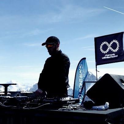 La musique au 🔝😎  .  .  .  .  .  .  .  #3842m #musicfestival #prenezdelahauteur @kosme_cosmic_ad   @chamonix_unlimited   @blackcrows_skis