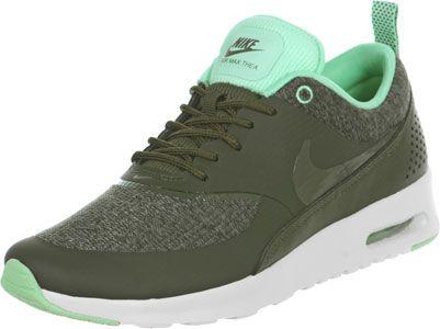 Deze Nike Air Max Thea Premium schoen is een echte premium sneaker! Deze schoen past perfect bij de naderende herfst met zijn kaki groen. Dit is de kleur van de textiele bovenkant en overlays. En omdat een even kleur te eenvoudig is zijn er de frisse, mintgroene contrasten.Hier worden twee van onze favoriete kleuren van het seizoen gecombineerd op een schoen met de typische Thea vorm en vele extras. Bij ons op kantoor zeggen wij altijd: De Thea is op de één of andere manier zo perfect…
