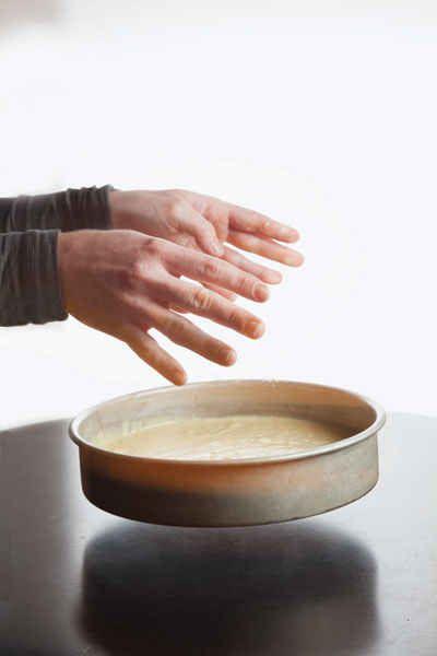 Para obtener la textura perfecta para los pasteles y galletas, déjalos caer como si estuvieran calientes… En el caso de los pasteles, dejarlos caer antes de colocarlos en el horno, elimina las burbujas de aire. Para las galletas, dejar caer la bandeja para galletas cuando salen del horno hace que se acomoden más rápido