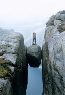 Der runde Stein inmitten der Kjeragbolten ist ein beliebstes Fotomotiv und sorgt für einen unvergesslichen Nervenkitzel! #Nordland