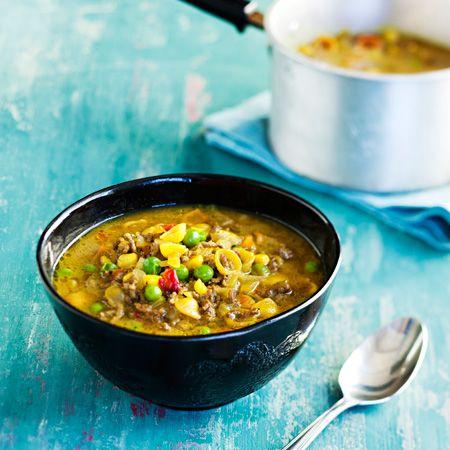 Jauhelihapastakeitto: Runsaskuituinen täysjyväpasta tekee jauhelihakeitosta ruokaisan, ja nälkä pysyy pois pitkään. Curry antaa keitolle hienon värin ja maun.
