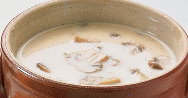 En lækker, cremet og varmende champignonsuppe som serveres med flutes eller kuvertbrød.