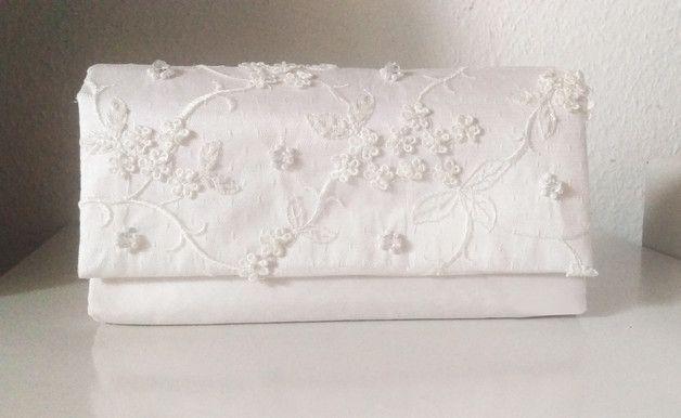 Diese wunderschöne Brauttasche / Clutch habe ich für Ihren großen Tag mit viel Liebe genäht.  Der Oberstoff ist aus Doupion-Seide - weiß Die Klappe mit Spitze überzogen, mit Wachs-und...