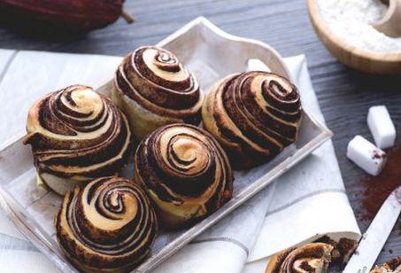 R OMA – Delle deliziose brioches alla vaniglia variegate al cacao. Ottime per la colazione, il consiglio è di prepararle la sera prima per poterle poi cuocere e gustarle calde la mattina. Ingredienti: 80 grammi di zucchero, 300 grammi di farina manitoba, 2 grammi di lievito di birra, un uovo, 125 grammi di latte fresco, …