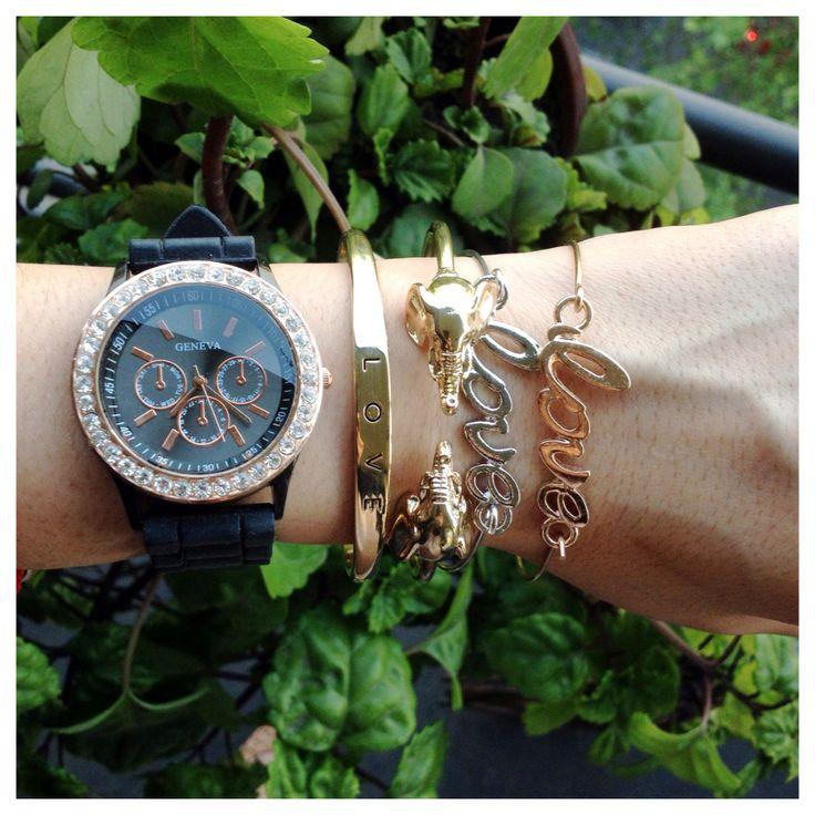 Reloj Geneva negro con brillantes $7.000. Pulsera elefantes $3.500.