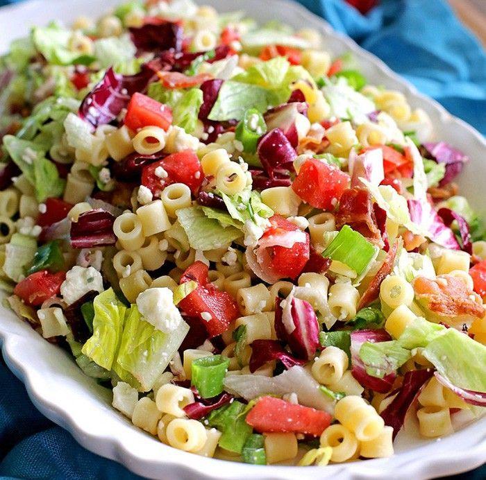 Svěží zeleninový salát se sýrem a těstovinami. Lehký oběd, který zasytí a…
