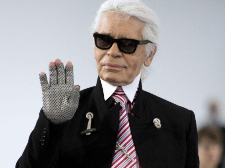 Si eres amante de la moda, esta noticia te encantará. Karl Lagerfeld se suma a la lista de colaboraciones de Vans para presentar una colección cápsula creada desde su marca homónima.Podrás encontrar los diseños en tiendas Vans seleccionadas y a través de su sitio online. Los precios irán desde los 700 pesos hasta los 5 mil. Pero no solo habrá calzado, la colección también incluye… ¡camiseta, mochila y bomber jackets!