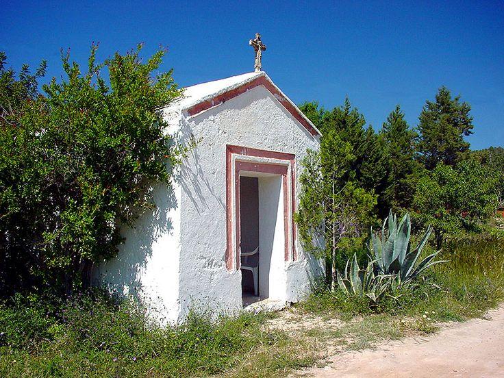 La Capilla d'en Beia es una pequeña ermita, con techo a dos aguas y coronada por una cruz, situada junto a la carretera de Sant Josep a Sant Antoni, en el entorno de Sant Agustí. Fue construida en 1850 por Antoni Ribas Cardona, Toni d'en Caseta, después de que su esposa y su hijo salvaran …