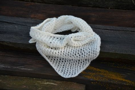 Karin hade lite vitt entrådigt ullgarn över, och ville sticka en hals-sjal. Mönstret är enkelt, och Karin tyckte att det gick så fort att sticka, att hon valde att kalla mönstretEtt ögonblick…