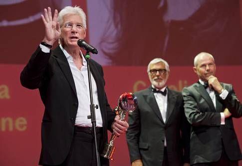 Americký herec Richard Gere (vlevo) převzal Křišťálový globus za mimořádný umělecký přínos světové kinematografii. Předal mu ho prezident přehlídky Jiří Bartoška (uprostřed). Na snímku vpravo je moderátor Marek Eben.