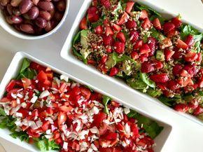 Til grillmaden lavede vi to sprøde sommersalater - en jordbærsalat og en tomatsalat. Jordbærsalaten bestod desuden af cremede avokadoer, søde jordbær...