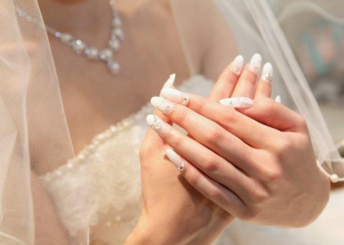花嫁さんの王道♡ブライダルネイルはやっぱり白フレンチで決まり♡のトップ画像