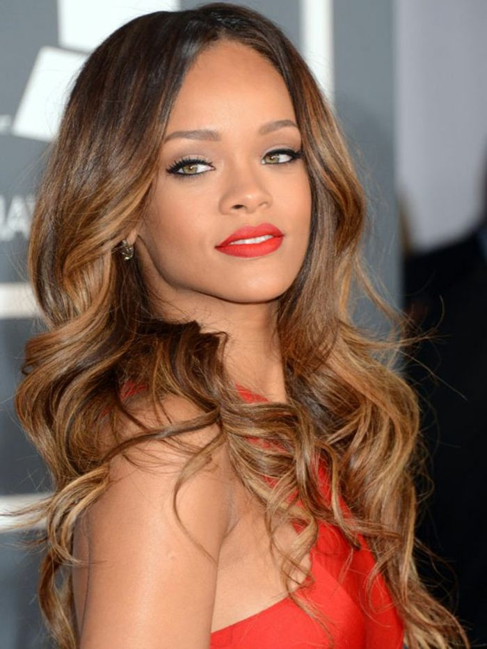 couleur-de-cheveux-caramel-longs-rihanna-robe-rouge-maquillage