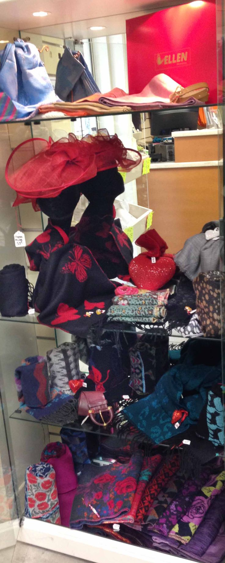 Une sélection de foulards haut de gamme, fabrication française, quantité limitée. Idéal pour vos cadeaux d'exception, disponibles au rayon Couture & Haute Couture de vos magasins Ellen. Différentes compositions qui en raviront plus d'un(e). Chaque modèle est unique.