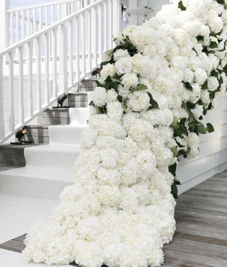 """""""Mi piace"""": 4,422, commenti: 29 - Pnina Tornai (@pninatornai) su Instagram: """"Who wants to take their wedding photos on a gorgeous staircase like this? Comment with a emoji!…"""""""
