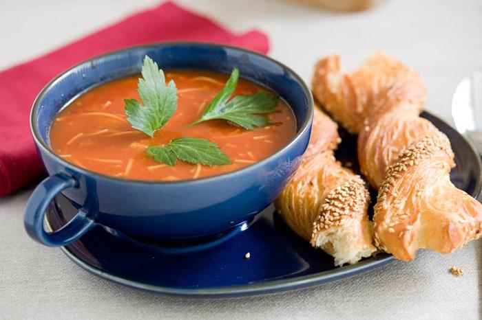 Supa de rosii cu fidea      1 kg de rosii;     1 ceapa;     1 ardei;     1 legatura de patrunjel;     1 legatura de marar;     o mana de fidea;     zahar;     ulei;     sare si piper boabe.