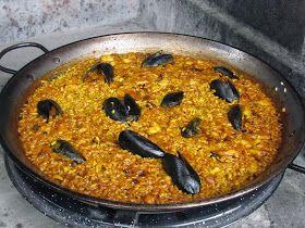 ARRÒS A BANDA  Para 4 personas    INGREDIENTES :  Pescado de hervir rape gallineta, cabeza de merluza, etc. 1/2 kg  Una cebolla.  Un tomate...