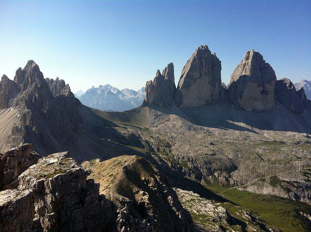 """""""Toblinger Knoten"""" Blick auf die Drei Zinnen und Paternkofel - View to the Three Peaks and Monte Paterno http://www.wandernsuedtirol.info/2013/09/19/toblinger-knoten-bei-den-drei-zinnen/"""