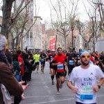 La media maratón (21,097 km) es una de las carreras de larga distancia de mayor crecimiento en popularidad de entre todas las nuevas carreras que están apareciendo por todo el mundo. Si estás pensado si debes o no correr una media maratón, aquí te damos algunas razones para intentarlo: 1. Vas a mantener tu motivación por correr. Mientras que algunos corredores pueden correr una distancia corta, como 5K, con poca o ninguna formación, la mayoría pasaríamos un mal momento tratando de terminar…