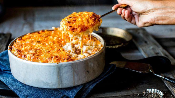 Med en saftig makaronistuing «à la Bolognese» og gratinert ost på toppen er jeg ganske sikker på at hele familien blir fornøyd.  Ta deg god tid med kjøttsausen for best resultat, bruk godt med urter, gode knuste tomater og en smakfull og kraftig kjøttkraft. La den putre i minst en time og gjerne mye lenger.  Tips: Bruk gjerne mere grønnsaker (og mindre kjøtt) i kjøttsausen hvis du vil det. Halvparten av kjøttkraften kan erstattes med rødvin eller hvitvin. Rør 1 ss timianblader (eller…