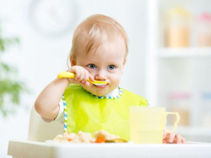 """O método BLW (Baby Led Weaning), difundido pela agente de saúde britânica Gill Rapley, tem ganhado muitos adeptos nos últimos anos. Desde 2008, pais e mães do mundo inteiro seguem o conselho da profissional no livro """"Desmame Guiado Pelo Bebê: Como ajudar o seu filho a amar boa comida"""": deixem que as crianças se alimentem sozinhas, já a partir dos seis meses de vida."""