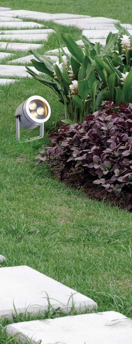 Προβολέας φωτιστικό, σε μοντέρνο στυλ, στεγανό κατάλληλο για εξωτερικούς χώρους κήπους, αυλές κ.ά., κατασκευασμένο από αλουμίνιο σε ασημί χρώμα.Dias από την Viokef. Τοποθετείται και στο έδαφος με καρφί (το καρφί δεν περιλαμβάνεται). ----------------------------- Ground/floor lamp in modern style, watertight, ideal for garden, courtyard, etc., made of aluminum in silver color. #floorlamp #exterior #exteriordesign #garden #gardening #gardenideas #outdoor #exteriordecor #viokef