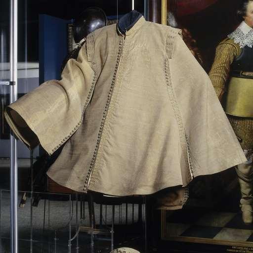 Ruitermantel van grauwe wol met staand boord en schouderkleppen, versierd met knopen en knoopsgaten van metaaldraad, waarschijnlijk gedragen door Ernst Casimir tijdens het beleg van Roermond, anoniem, 1632 - Rijksmuseum (Man's Casaque)