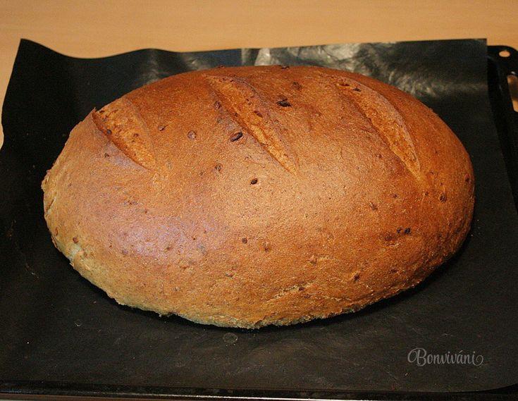 Niečo pre miľovníkov cibule. Chlieb z cibuľového cesta je rýchlo hotový, je chutný, mäkučký a voňavý. Cesto vymiesi pekárnička, potom už len vytvarovať bochník a rúra chlieb upečie. Takže žiadna ťažká práca, ale bohatá odmena. Chuť fritovanej, alebo opečenej cibule v chlebe je fantastická. Ak sa nechystáte na rande, natrite si krajec domácou masťou a posypte cibuľou :-)