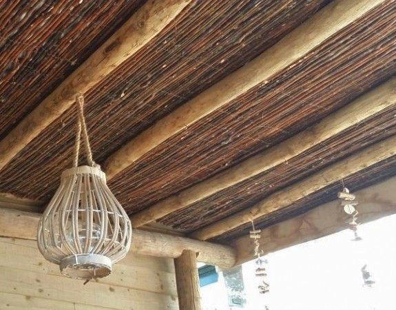Plafond van wilgenmat en kastanjepalen in het tuinhuis