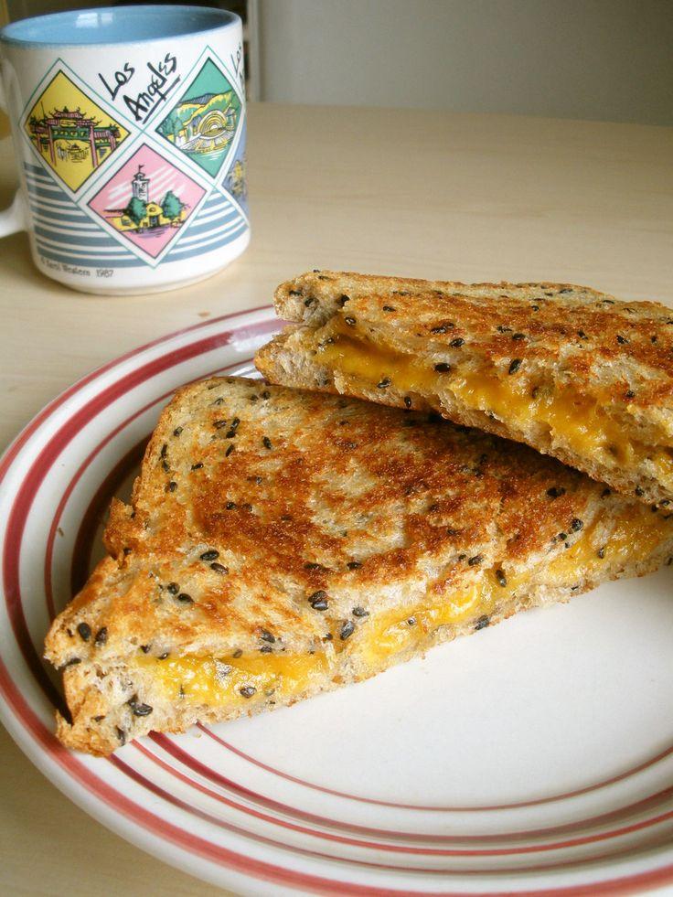 アメリカ☆グリルドチーズサンドイッチ   グリルと言ってもフライパンで焼くホットサンドです。外はカリッ、中はチーズがとろ~り❤アメリカでは定番のサンドイッチ♪ pali    材料 (一人分) お好みの食パン(8枚切り) 2枚 チェダーチーズ(溶けるチーズなら何でも) 適量 バター(or マーガリン) 適量 作り方 1 食パン2枚の片面にそれぞれバターを好きなだけ塗り、フライパンは温めておきます。 2  中弱火にかけたフライパンにバターを塗った面を下にしてパンを1枚のせ、その上にチーズをのせます。 3  その上にもう1枚の食パンをバターを塗った面を上にしてチーズを挟むように重ねます。 焦げやすいので気をつけて! 4  こんがりと焼き色が付いたら2枚一緒にひっくり返しフライ返しなどで軽く押しつけ、反対の面もこんがりと焼けたらであがり♪