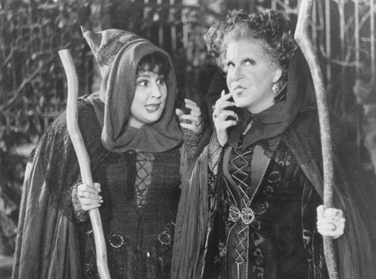 Still of Bette Midler and Kathy Najimy in Hocus Pocus (1993) http://www.movpins.com/dHQwMTA3MTIw/hocus-pocus-(1993)/still-322539008
