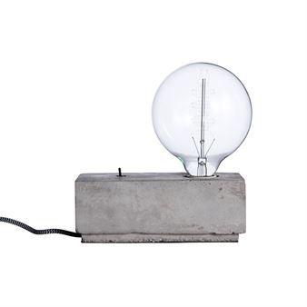 Stella bordslampa betong fyrkantig från Pholc är en unik lampa som kommer bli en blickfångare även fast designen är väldigt enkel. Basen är ett vanligt betongblock men tillsammans med små detaljer som textilsladden och den synliga strömbrytaren på toppen blir den riktigt cool. Använd en stor och snygg glödlampa för mest effektfull look, gärna med synliga glödtrådar!