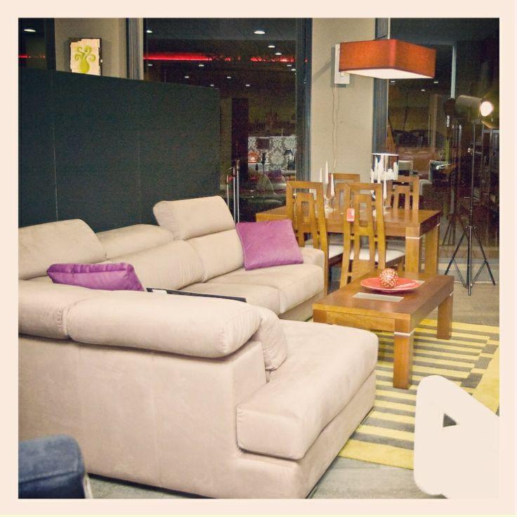 Ambiente con sofa-rinconera de DKADA, mesa y sillas de RODRI y alfombra de JULIA.