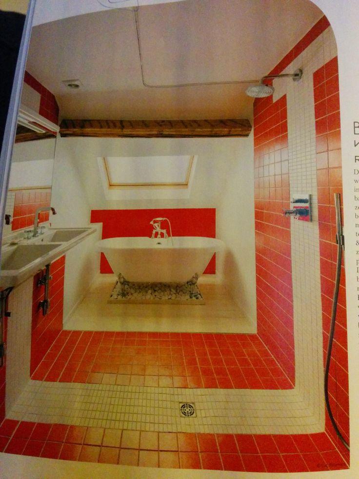 Volledig betegelde badkamer, met een douche die open in de ruimte staat. Willen we!