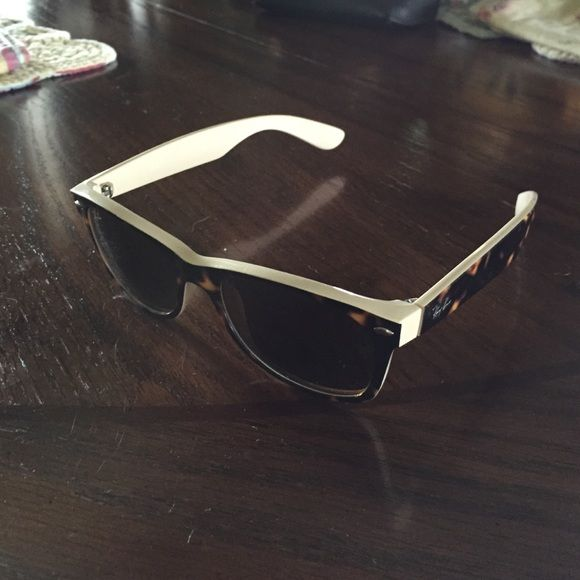 Ray Ban Wayfarer Sunglasses Ray Bans Wayfarer gently used tortishell/cream color, minor scratches , comes with black semi hard case Ray-Ban Accessories Sunglasses