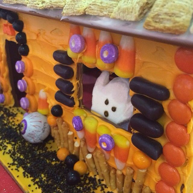 cute decorating idea for a halloween gingerbread house candycottage halloween gingerbreadhouse