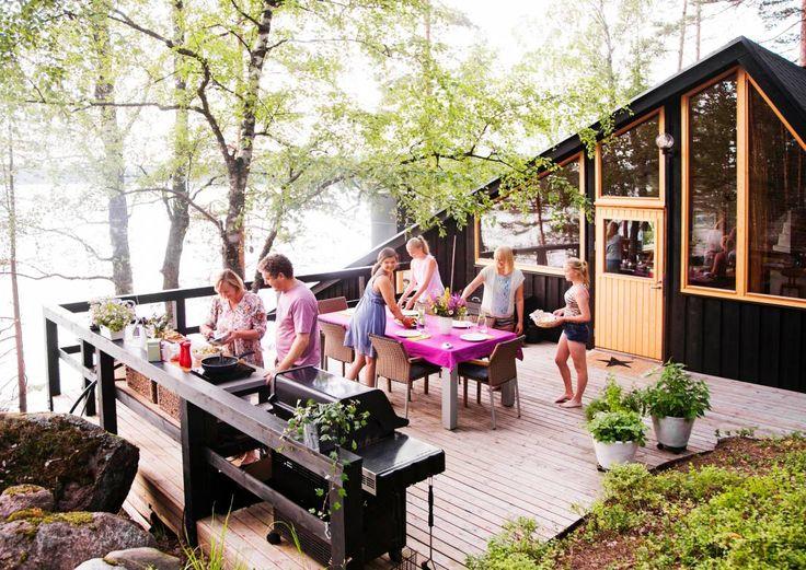 Mökin kesäkeittiö on parhaimmillaan hyvinkin monikäyttöinen. Ota mallia suomalaisten mökeiltä ja katso Meidän Mökin ideat.