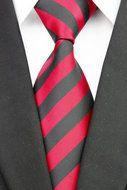 Stropdas Barnet - Rood Zwart Gestreept  Description: Stropdas Barnet Een stropdas dragen is populair en trendy. Wat dacht je van deze zwarte stropdas met rode strepen? Als je deze das ziet dan valt je meteen op dat het een das is die bij veel gelegenheden gedragen kan worden. Ee wit overhemd en je ziet er weer netjes uit voor bijvoorbeeld een zakelijke bespreking een diner of een feestje. Ook in je vrije tijd kan deze das prima gedragen worden en zorgt het voor een nette afwerking van je…