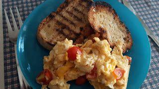 As receitas da Lau: Ovos mexidos com tomate cherry em pão torrado